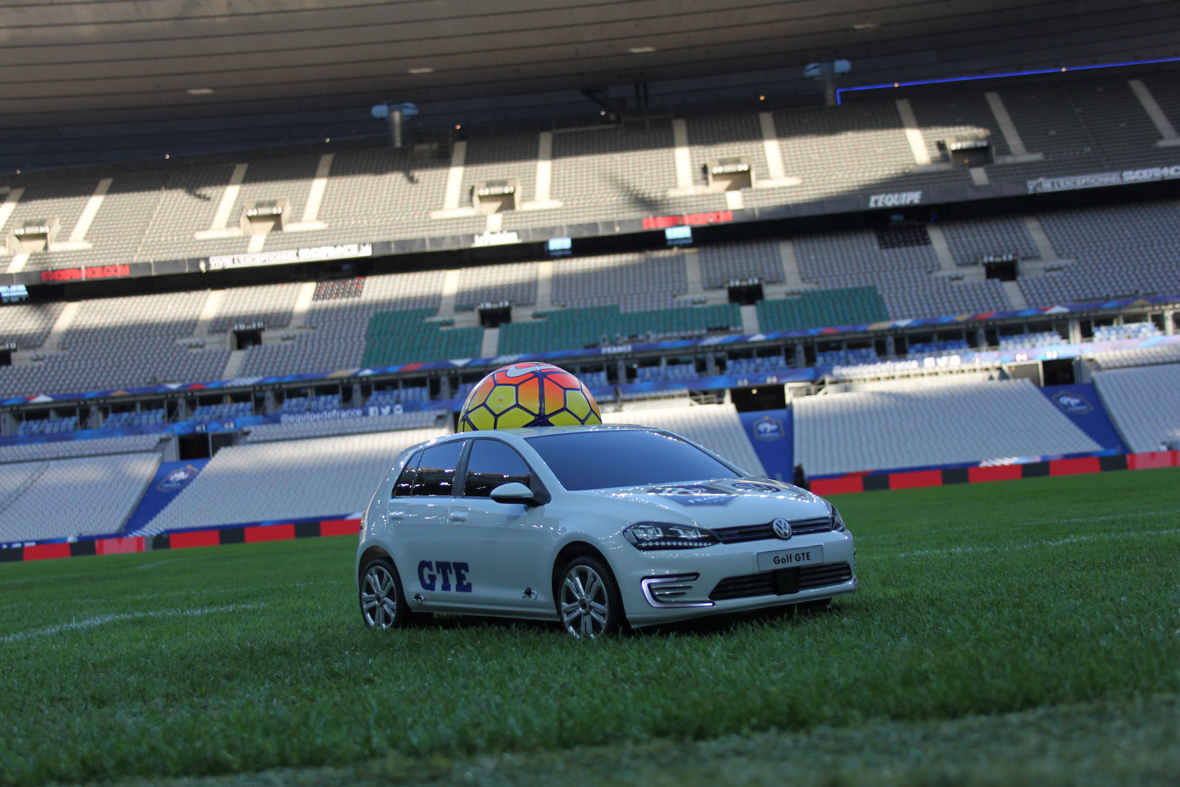 VW_Golf_GTE_Stade_de_France_2015_